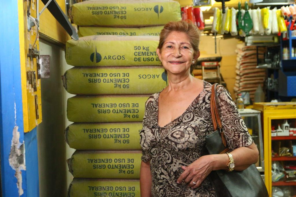 Señora comprando cemento Argos - Construyamos Juntos - Cementos Argos